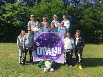 Medlemmene i alumnklubben OPAL 4H samlet på Nordisk leir i Danmark.