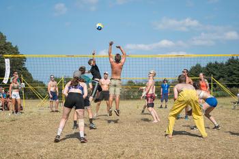 4H-ere spiller volleyball på leir