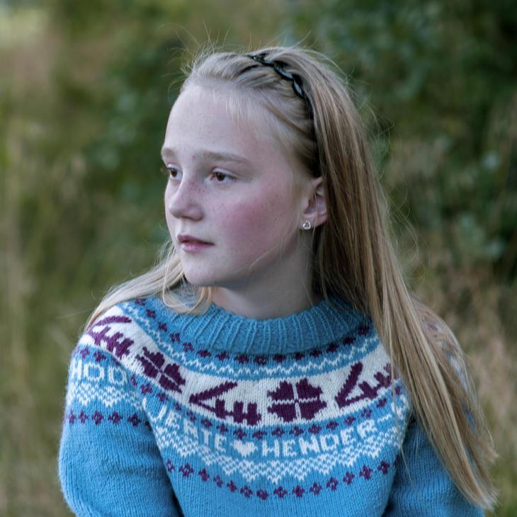 Jente med strikket 4H-genser