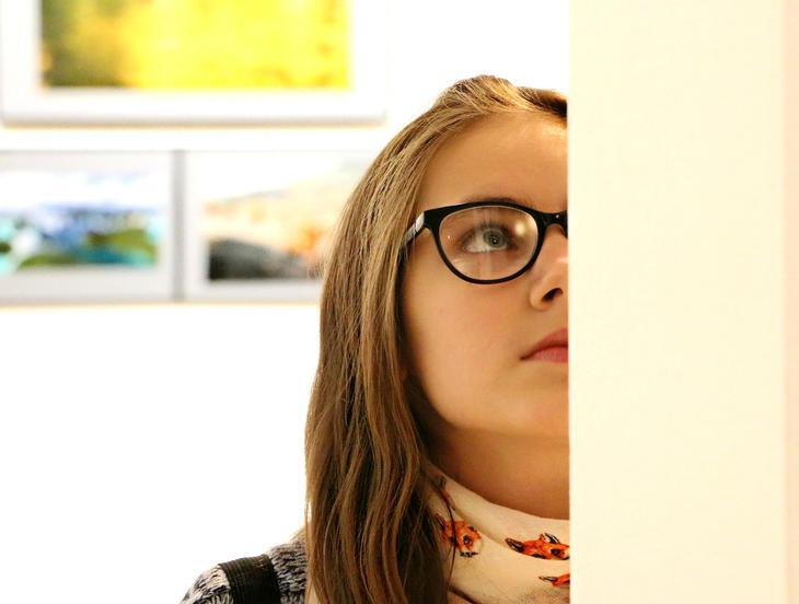 Jente ser på kunst, foto Klimkin fra Pixabay