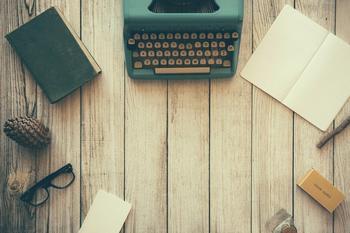 Skrivemaskin, papir og bøker i en ring, fotograf Free-Photos fra Pixabay
