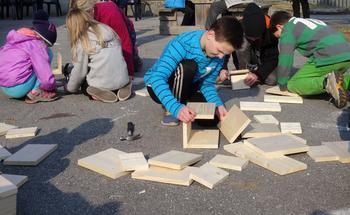 Barn som bygger fuglekasser