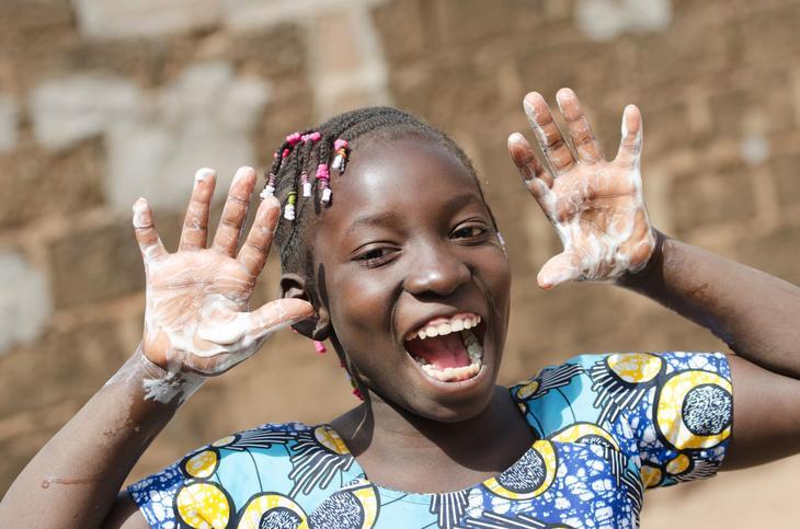 Jente med såpe på hendene. Foto: istockphoto.com