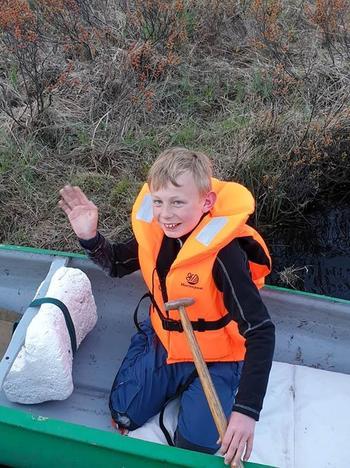 Gutt i kano