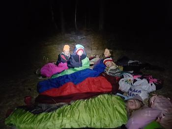 Barn som sover under åpen himmel