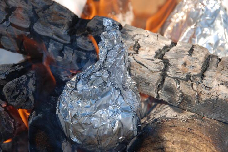 Sjokoladekake i appelsin i folie, på bålet/i glørne.