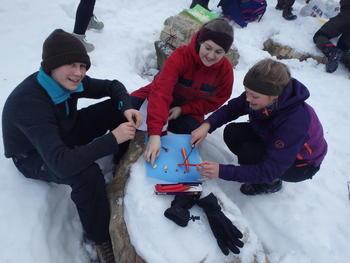 4H-ere lager mat ute i snøen
