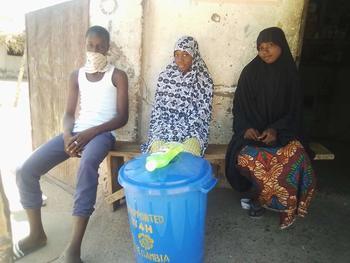Tre gambiere bak en vanndunk med vann og såpe.