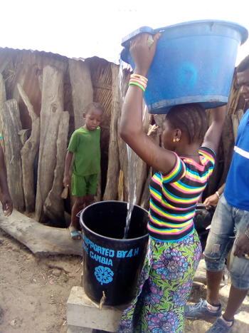 Såpe og vann til 4H Gambia responsive-focuspoint focus-horizontal-50 focus-vertical-50