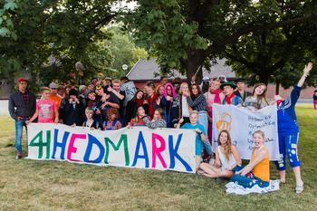 ungdommer med 4H Hedmark-banner