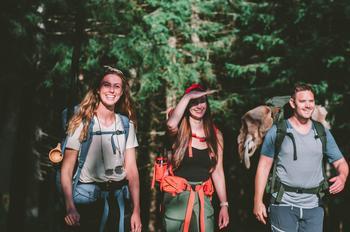 Fire ungdommer på tur i skogen med ryggsekker. Foto: Norsk friluftsliv