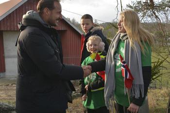 H.K.H. Kronprins Haakon blir ønsket velkommen av 4H-ere.