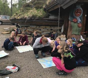 Barn lærer kart og kompass