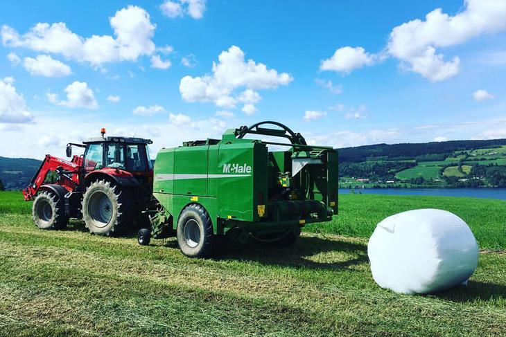 Traktor med rundballepresse, foto: Caroline Kløvrud