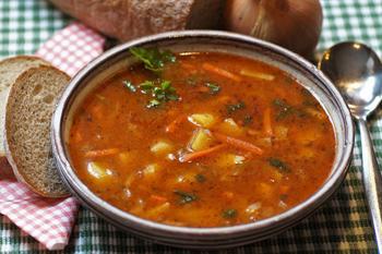 Gulasjsuppe med brød, foto: ivabalk from Pixabay