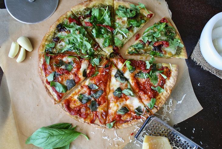 Pizza med urter, foto: Aline Ponce from Pixabay