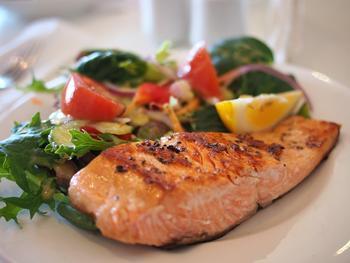 Stekts laks med salat, foto: cattalin from Pixabay