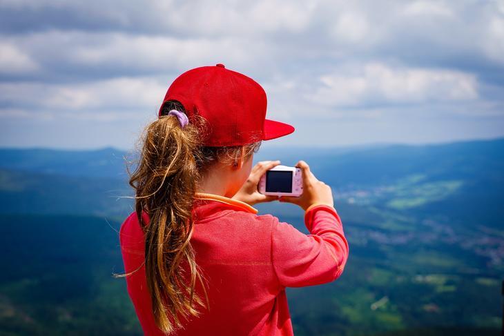 Jente tar bilde fra naturen, foto: EM80 fra Pixabay