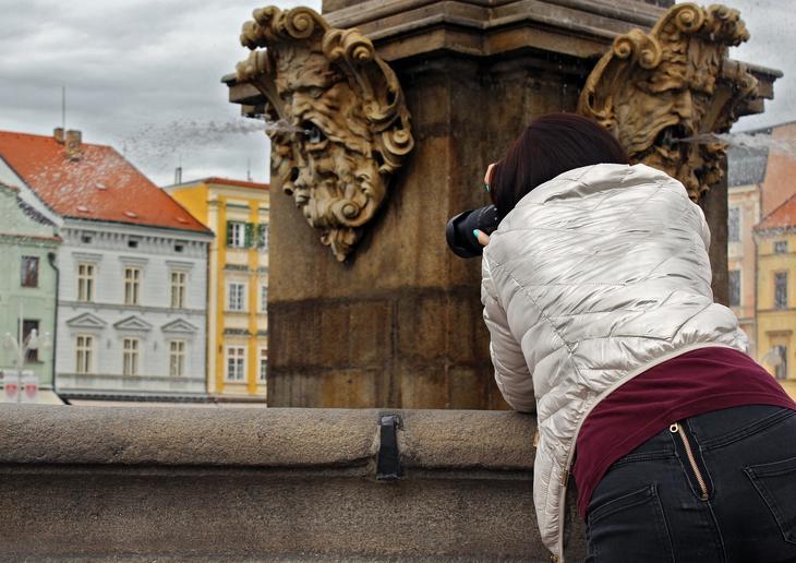 Jente tar et bilde i byen, foto: Kristýna Matlachová fra Pixabay