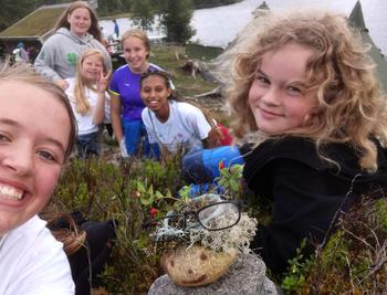 Seks jenter som tar selfie i lyngen på leir
