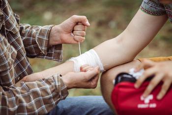 Stopper blødning med bandasje