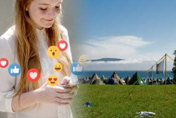 Illustrasjonsfoto Leir i lomma. Jente med mobil og emojis, leir i bakgrunnen.