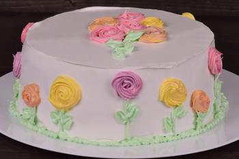 Kake med blomsterdekorasjon, foto: ExplorerBob fra Pixabay