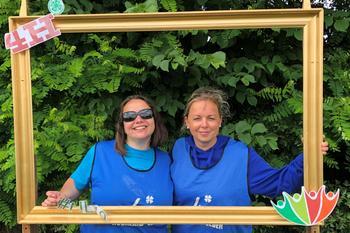 To damer og en ramme, foto: 4H