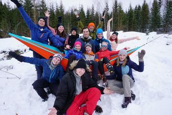 Ungdommer, gutter og jenter, samlet i en gruppe, ute i skogen, i snøen. Friluftsheltinstruktører.