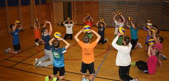 ungdom spelar volleyball