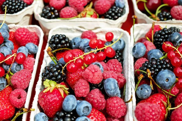Bjørnebær, blåbær, rips, bringebær og jordbær i bærkurver, foto: Couleur fra Pixabay