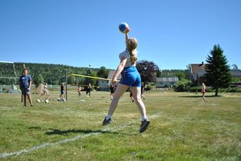Hoppende volleyball spiller