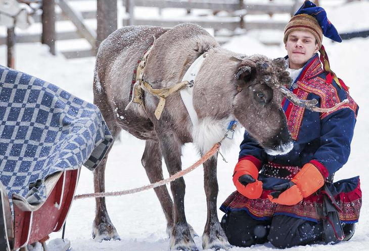 Ung mann og reinsdyr. Foto: IstockPhoto