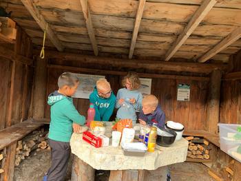 barn lager mat i gapahuk