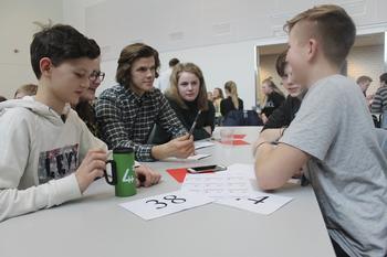 Medlemmer diskuterer rundt et bord på fylkesårsmøte, foto: Caroline Kløvrud