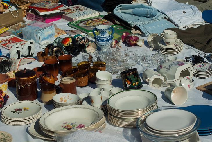 Loppemarked med salg av asjetter, kopper, bøker og klær, foto: jacqueline macou fra Pixabay