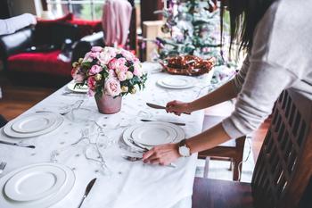 Ei jente dekker et bord, foto: Pixabay