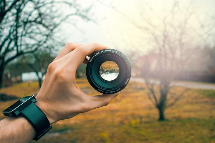 Et kameraobjektiv midt i landskapet, foto:  Jonas Svidras fra Pixabay