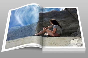 Et album med bilde av ei jente på et berg, foto: Michael Drummond fra Pixabay