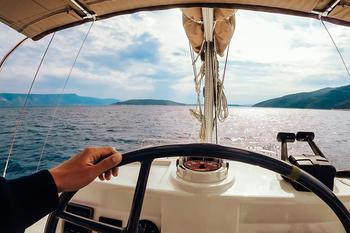 Bilde fra en båt som ser utover et vann.