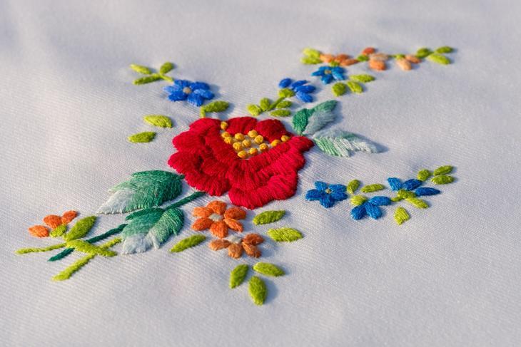 Et broderi av en rose, foto: Bruno Glätsch fra Pixabay.