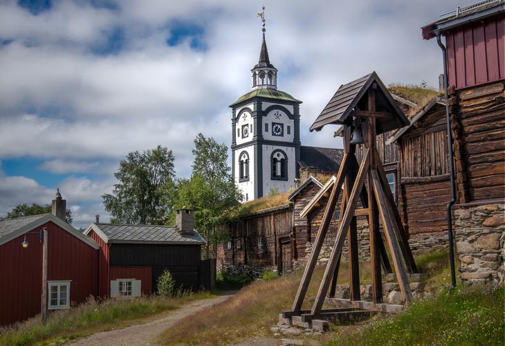 Røros kirke omringet av andre bygninger, foto: Einar Storsul fra Pixabay.