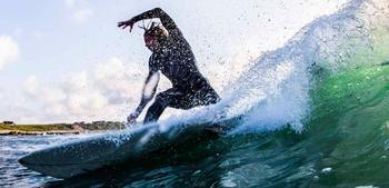 Surfer på en bølge