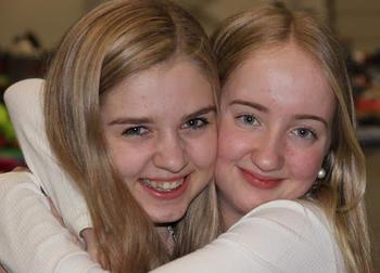 to jenter gir hverandre klem