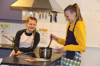 To jenter som lager mat