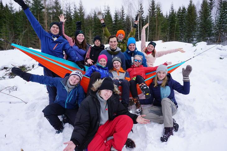 En gjeng ungdommer ute i snøen.
